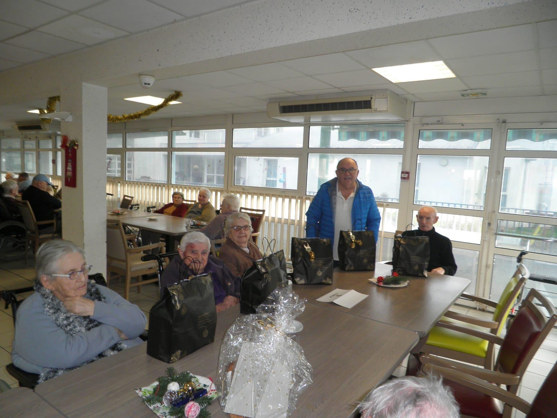 Distribution des colis de Noël de nos aînés hébergés en maisons de retraite par la Mairie de Plomeur