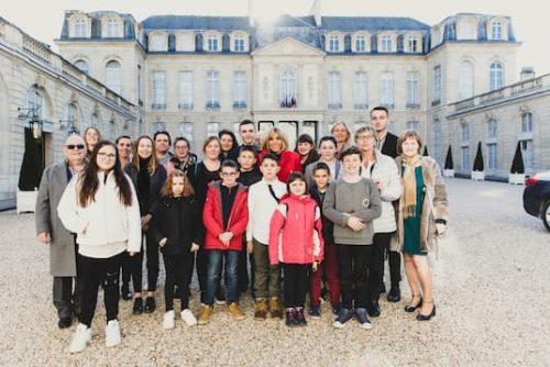 Conseil municipal des jeunes de Plomeur en visite à Paris, photo avec Brigitte Macron